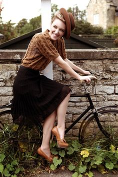 Pin by alyssa burdett on fashion retro mode, style années 40 Moda Vintage, Retro Vintage, Vintage Fall, Vintage Bikes, 1940s Fashion, Look Fashion, Womens Fashion, Fashion Vintage, Looks Vintage