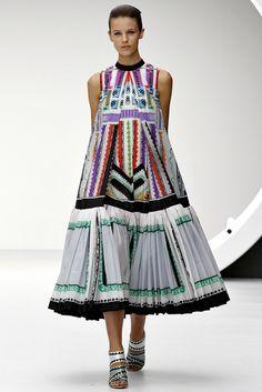 Mary Katrantzou - Pasarela  ¡Una maravilla de vestido!