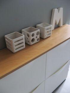 petit meuble de rangement peu profond: - 4 caissons (de rangements à chaussures ikéa) + une tablette couleur bois pour ranger produits ménagers et rouleaux de sopalin!