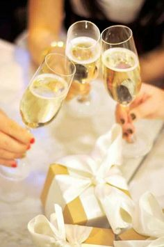 cheers with champagne Gold Christmas, Christmas And New Year, Merry Christmas, Southern Christmas, Christmas 2015, Glass Of Champagne, Sparkling Wine, Champagne Toast, Champagne Party
