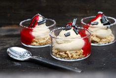 Lakritscheesecake med hallonsås | Catarina Königs matblogg Swedish Recipes, Sweet Recipes, Cake Recipes, Dessert Recipes, Mini Desserts, No Bake Desserts, New Years Eve Food, Mini Cheesecakes, Dessert Drinks