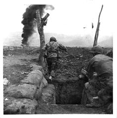 Alors qu'une contre-attaque se dessine, deux parachutistes repartent à l'assaut lors de la bataille de Diên Biên Phu. Date : Mars 1954