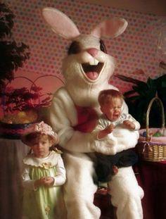 Non meraviglia che la maggior parte dei bambini di queste immagini siano disperati. I coniglietti sono davvero spaventosi. Ecco una raccolta da Imgur degli animaletti pasquali più mostruosi di sempre