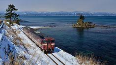 富山県 氷見線 漫画家・藤子不二雄A氏のふるさとである氷見に向かうことから、「忍者ハットリくん列車」が運行。雄大な立山連峰を望む雨晴海岸など、富山湾沿いの絶景が楽しめる。