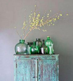 VERDE Y EN BOTELLA  Los jarrones y botellas de cristal abren un amplio abanico de posibilidades para personalizar casi cualquier espacio. Lo más habitual es usarlas como florero con algunas ramas verdes, reforzando aún más su carácter.