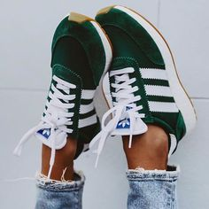 Schuhe - Frauen und ihre Schuhe sneakers,inexperienced,adidas sneakers Accessorizing Your Leather-ba Mode Shoes, Sneakers Mode, Best Sneakers, Sneakers Adidas, Green Sneakers, Green Addidas Shoes, Shoes Sneakers, Green Shoes Outfit, Adidas Sneakers