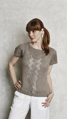 Strikkeopskrift til en feminin kortærmet bluse med rund hals og en smuk hulmønsterbort. God fornøjelse.