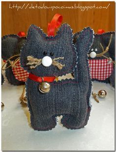 I love wearing jeans always. I literally feel like I can not sleep unless I haven't worn my jeans. Jeans are the trousers… Creative Old Jeans Upcycling Ideas Adorable Jean Bear made from recycled jeans. Old denim crafts Sewing Toys, Sewing Crafts, Sewing Projects, Jean Crafts, Denim Crafts, Artisanats Denim, Denim Ideas, Recycle Jeans, Recycled Denim