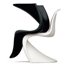 The classic Verner Panton chair. The worlds first moulded plastic chair. Panton Chair, Saarinen Chair, Arne Jacobsen, Design Shop, Chair Design, Furniture Design, Shades Of White, Black And White, Unusual Furniture