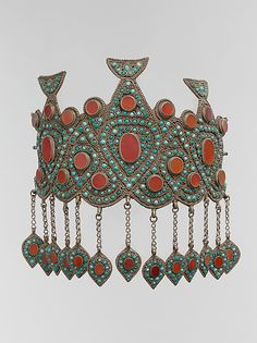 Central Asia or Iran. Crown from the late 19th to early 20th century. Silver, with silver shot, table-cut carnelians, turquoise beads, and gilded loop-in-loop chains with pendants.