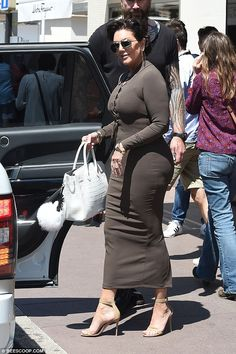 Kardashian kurves: Kris Jenner is keeping up with her kids as she highlighted her own ample assets while she enjoyed a solo shopping trip to Dolce & Gabbana in Cannes, France Kim Kardashian, Kardashian Family, Estilo Kris Jenner, Kris Jenner Style, Kendall Jenner, Dolce Gabbana Store, Fashion 2018, Womens Fashion, Dress Fashion