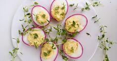 Bardzo kreatywny sposób zaserwowania wielkanocnych jajek :) Pomysł znalazłam na stronie ' Małe Kulinaria '. Zapraszam do przygotowań! ... Avocado Egg, Cucumber, Zucchini, Appetizers, Eggs, Easter, Vegetables, Cooking, Breakfast