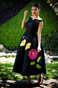 Vestido Yolanda -  Tela: Algodón gabardina Tipo de bordado: Tejido con ganchillo Región en la que se elabora: Istmo de Tehuantepec Diseño: vestido con falda circular y flores sobrepuestas