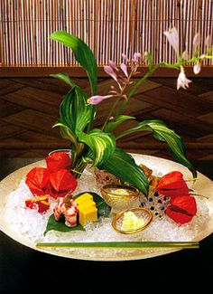 京都嵐山 吉兆 「八寸」 八寸とは利休居士が京都洛南の八幡宮の神器からヒントを得て 作ったといわれるもので、そもそもは、八寸角の杉のへぎ木地の 角盆を意味しました。 やがて、それに盛られる酒肴のことを意味するようになり、 現在では献立の名称となっています。