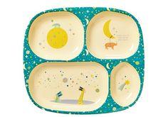 Rice est une marque danoise d'accessoires pour la maison. Elle est surtout connue pour sa vaisselle en mélamine colorée. Le design de ses produits s'inspire de souvenirs de jours heureux des créateurs, Charlotte et Philippe. Ils espèrent ainsi apporter un peu de couleur et de fun dans une maison.  Assiette à compartiments de la collection Love you to the moon. Une assiette colorée pour bien séparer les aliments de votre enfant. A associer aux couverts moon pour composer un set complet.