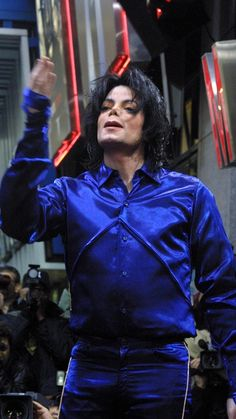 Michael Jackson at his first ever in-store appearance at Virgin Megastore to promote his new CD Invincible, New York City, 2001 Elvis Presley, Michael Jackson 2001, Michael Jackson Invincible, Madonna, Dating In London, Jackson Music, Body Picture, Music Icon, Record Producer