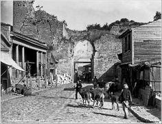 Topkapı 1890<br /><br /> Levanten kökenli Pascal Sébah'ın 1857'de Pera'da «El Şark» adıyla açtığı stüdyonun en parlak dönemi, 1873'te katıldığı Viyana Evrensel Sergisi'yle başlar.