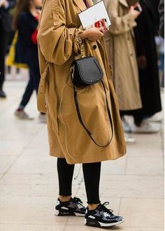 The Best Mini Bags to Add to Your Closet Best Mini Bags / Street style fashion / fashion week Casual Chic Outfits, Komplette Outfits, Fashion Outfits, Fashion Clothes, Cool Street Fashion, Love Fashion, Womens Fashion, Fashion Fashion, Fashion Week Paris