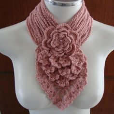 Gola Genova Scarf keyhole w flower Crochet Quilt, Crochet Poncho, Knit Or Crochet, Crochet Scarves, Crochet Clothes, Crochet Designs, Crochet Patterns, Tricot Simple, Crochet Neck Warmer