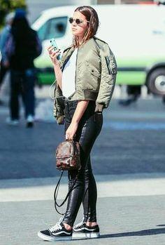 Bruna Marquezine optou por jaqueta bomber e calça de couro numa produção bem cool.
