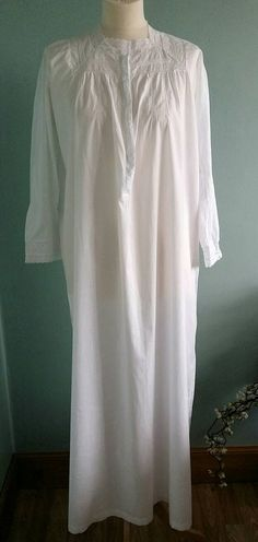 Weiße lange Vintage Nachthemd Baumwolle klein bis mittelgroß.