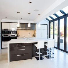 Peppe This modern kitchen extension by Apropos incorporates three sets of folding sliding doors with Kitchen Extension, Home, Home Kitchens, Kitchen Diner, Modern Kitchen Extensions, Modern Kitchen, Open Plan Kitchen, New Homes, Glass Kitchen