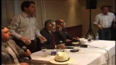 Manifestante joga torta na cara de Genoino