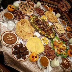 Ramadan is coming.❤☝ Moroccan table style for Ftour in Ramadan Plats Ramadan, Morrocan Food, Moroccan Table, Algerian Recipes, Food Porn, Ramadan Recipes, Arabic Food, What To Cook, Food Styling