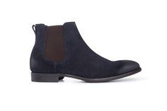 Tmavě modré chelsea boots jsou vyrobeny z jemného hovězinového veluru. Chelsea Boots, Ankle, Shoes, Fashion, Moda, Zapatos, Wall Plug, Shoes Outlet, Fashion Styles