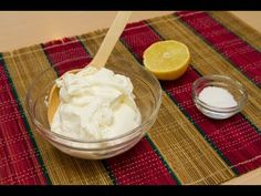 Como Hacer Sour Cream o Crema Agria - 240ml de nata o crema de leche, 3 cda de zumo de limón, 2 cdt de vinagre blanco y 1 pizca de sal y remover unos minutos hasta que espese