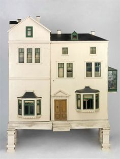 Devonshire Villas, dolls' house, England 1900 - My favourite dolls' House in the Bethnal Green Museum of Childhood, London Antique Dollhouse, Dollhouse Dolls, Dollhouse Miniatures, Dollhouse Ideas, Modern Dollhouse, Miniature Houses, Miniature Dolls, Museum Of Childhood, Fairy Houses
