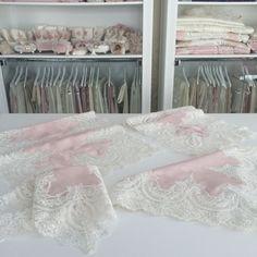 Fransız Dantelli Salon Takımı Hand Towels, Tea Towels, Cutwork, Dinner Table, Home Textile, Table Runners, Embroidery Designs, Burlap, Logo Design