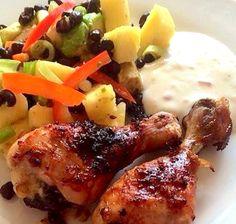 Dagens menu sendte tankerne til Caribien. Stærkt, krydret, sødt og saftigt. Kyllingen:    900 g kyllingelår  Saft af 1 lime  5 spsk soya  2 spsk olie  4 fed hvidløg - presset  2 spsk friskrevet ingefær  1 meget stærk rød chili - i små tern  peber  Salt  ½ dåse sorte ....