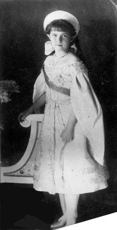 """Un diadème en platine serti de 488 diamants ! Après le diadème """"Vladimir"""" , voici un autre fabuleux diadème d'Elizabeth II. Sa forme est inspirée de celle d'un kokochnik, la coiffe traditionnelle russe. En fait, on devrait plutôt dire du kokochnik porté..."""