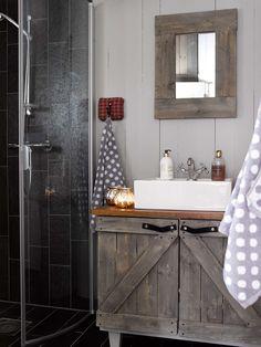 BAD: Innredningen, speilet og knaggrekken på badet er selvlaget Legg merke til de grove spikerslagene og håndtakene i skinn på underskapet. Vasken er fra Oslo VVS Senter, skiferen fra Pillarguri i nærområdet.