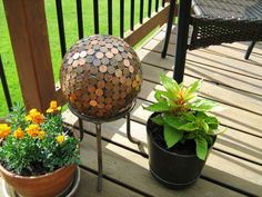Spruce up your garden with these simple yet stunning DIY garden decor projects. Penny Ball, Light Up Canvas, Mother Daughter Projects, Garden Globes, Globe Decor, Concrete Garden, Concrete Crafts, Metal Crafts, Boho Diy