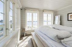 white bedroom, lots of windows, lovely view | FINN Eiendom - Fritidsbolig til salgs