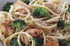 Receta de espagueti con brócoli y pollo hecha con crema. Cocina fácilmente en menos de 30 minutos tendrás una pasta italiana casera para chuparse los dedos