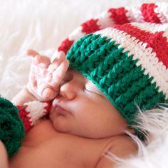 Gorro elfo navidad verde, rojo y blancoDivertido gorrito hecho a mano para recién nacido o bebé. Para sacarle sunas fotos ideales a tu bebé estás Navidades. El gorro está tejido a mano en lana de color verde, roja y blanca. Con pompon en la punta. Tamaño unico de 0 a 18 meses. Ancho 19 cm aprox. 21,90 €