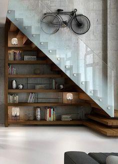 """guarda corpo de vidro preso por """"parafusos"""" de inox. Leve e bonito. Degraus virando embaixo da escada."""