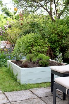 A simple way to create a raised bed planter with step by step instructions and images to help you create something beautiful for your garden! Raised Planter Beds, Raised Beds, Green Garden, Shade Garden, Green Bin, Home Decor Inspiration, Decor Ideas, Diy Planters