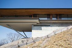 El grupo arquitectónico Kidosaki vuelve a sorprender con este proyecto de una casa en la Montañas Yatsugatake en Nagano, Japón.  Con una sensación de casa volada sobre la montaña, su...