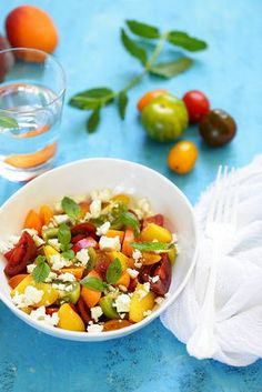 Un dejeuner de soleil: Salade de tomates, pêches et feta