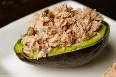 Avocado en tonijn is een super combi! Deze gevulde avocado is zo klaar en nog gezond ook! Zo nu en dan maak ik tonijnsalade. Meestal met mayonaise en voor op een broodje. Deze keer wilde ik een iets gezondere variant maken. De mayo heb ik vervangen door crème fraîche en het broodje door avocado. Het resultaat was dit super lekkere en gezonde lunchgerechtje dat in minder dan tien minuten klaar is!  Gevulde avocado is ook erg lekker als voorgerecht. Gebruik dan een halve avocado per persoon…