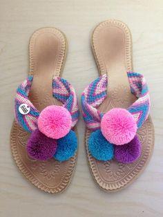 Handmade in Colombia Decorating Flip Flops, Paper Shoes, Pom Pon, Wrist Warmers, Crochet Shoes, Doll Shoes, Diy Flowers, Flip Flop Sandals, Headbands