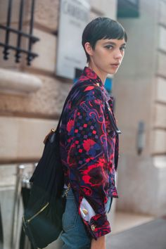 See what the models are wearing off duty in Paris – Of The Minute Pixie Hairstyles, Pixie Haircut, Short Pixie, Pixie Cuts, Short Cuts, Street Style 2017, About Hair, Off Duty, Celebrity Crush