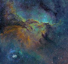 На снимке изображен очень красивый участок южного неба, в частности, похожая на два дракона туманность NGC 6188. NGC 6164, меньшая по размеру туманность-раковина, видна на снимке внизу слева. Оборудование: телескоп-астрограф системы Ньютона Orion Optics 300 мм, F3.8 и камера FLI ProLine 16803. Фото: Michael Sidonio (Австралия)
