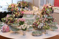 Mesa de chá de cozinha com arranjos de flores