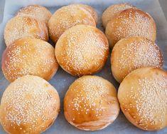 Bløde og luftige burgerboller - Nem opskrift   Mummum.dk Sliders, Guacamole, Hamburger, Foodies, Sandwiches, Food And Drink, Bread, Snacks, Baking