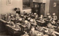Marken klassefoto 1951 vrij veel kinderen nog in klederdracht. Vanaf zo ongeveer 1984 zie je ineens niemand meer in klederdracht...